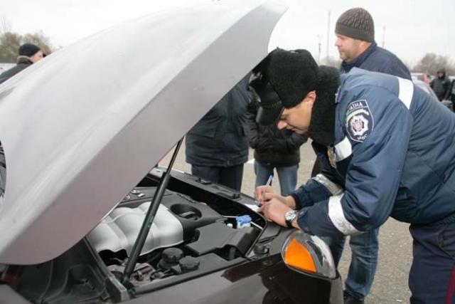 На Прикарпатті чоловік придбав на авторинку автомобіль з підробленими документами