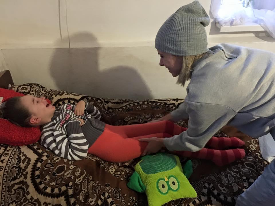 Трирічна Алінка, яку вітчим бив головою об сервант, потребує допомоги
