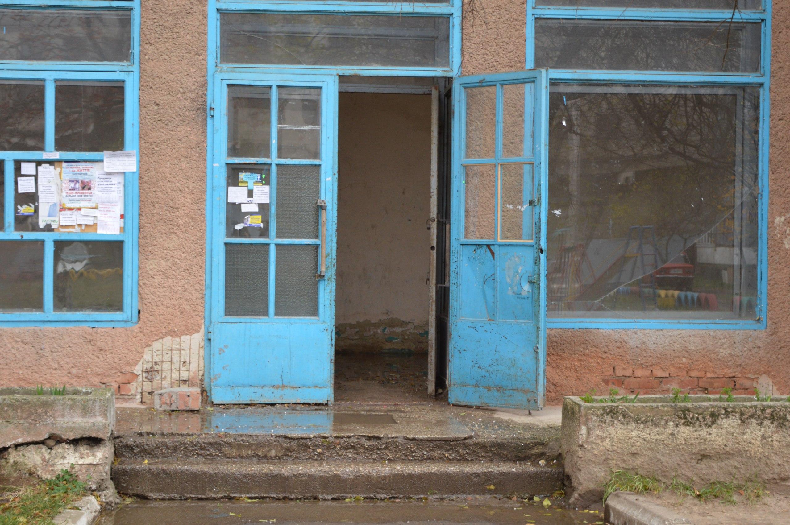 Будинок на БАМі потопає у лайні. Каналізаційний сморід та фекалії стали звичним явищем для мешканців вулиці Довженка (фото)