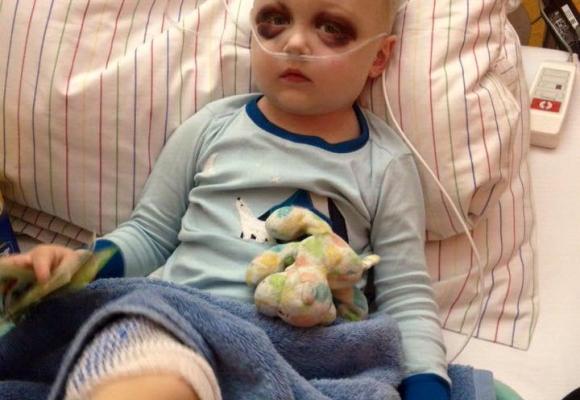 Маленький прикарпатець замість того, щоб купити iPhone, віддав всі свої гроші на лікування важкохворого хлопчика