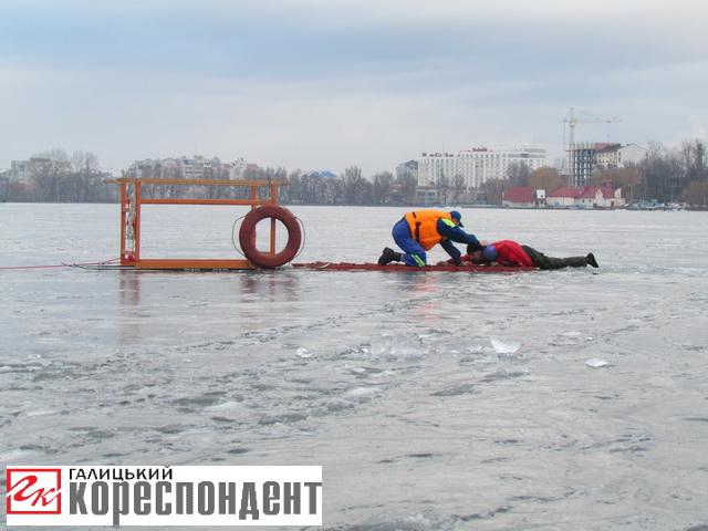 На міському озері франківські рятувальники витягли з крижаної води чоловіка (відео)