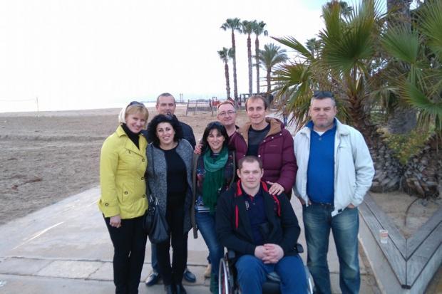 До прикарпатського бійця, який лікується в Іспанії, приїхали рідні та кохана (фотофакт)