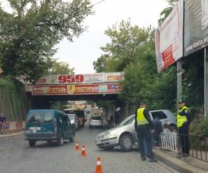Кумедне ДТП у Франківську: жінка-водій переплутала педалі і врізалась в загорожу (фото)
