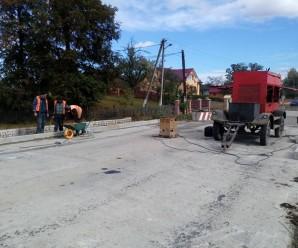 """Дорожники ремонтують ділянку автошляху Р-38 """"Богородчани-Гута"""" (фото)"""