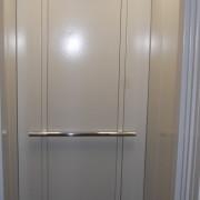 У Франківську 10-річна дівчинка майже три години сиділа в ліфті, бо нікому до неї не було діла