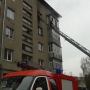 Допомога від рятувальників: у Франківську на вулиці Федьковича малолітній син закрив на балконі власну матір (фото)