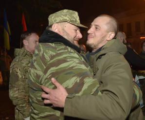 """Коломия вітає своїх синів-героїв добровольців """"Правого сектора"""" , які повернулися з війни"""