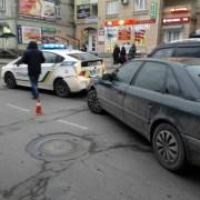 В середмісті Франківська водій врізався в екіпаж патрульної поліції (фотофакт)
