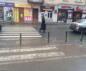 По калюжам або в стрибку. Як пішоходи на Галицькій дорогу переходять (ФОТО)