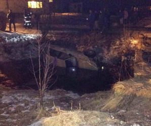 З'явились фото смертельної ДТП на Прикарпатті, де авто злетіло з моста у воду (фото)