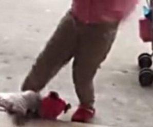 У Китаї горе-матір жорстоко побила грудну дитину: несамовите відео