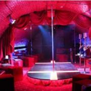 Стриптиз замовляли: мешканці Мазепи скаржаться на стриптиз-клуб у підвалі будинку