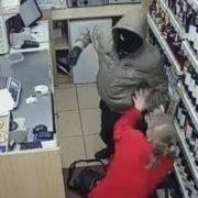 Зухвале пограбування з побиттям продавця у Тернополі: з'явилося відео