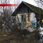 Мешканець Прикарпаття колекціонує сміття та звозить непотріб на власне подвір'я (відео)