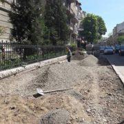 Робота кипить: комунальники реконструюють пішохідні доріжки на вул. Гаркуші. ФОТО