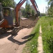 В Івано-Франківську на вулиці Стуса комунальники взялися за ремонт тротуару (фото)