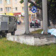 Йшов, присів, вмер: в Івано-Франківську поблизу вокзалу виявили мертвого чоловіка (фото)