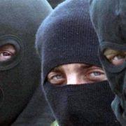На Прикарпатті четверо невідомих у масках побили та пограбували подружжя