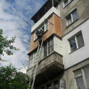 У Калуші рятувальники зняли з карниза балкону жінку (фото)