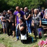 Біла трyна, білі квіти, тисячі людей…Мати вбитої випускниці на колінах благала покарати вбивць її доньки (фото+відео)