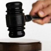 У Франківську суд виніс вирок інваліду, який зі зброєю зайшов до торгового центру