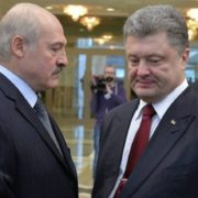 """""""Оце втнула"""": На зустрічі Порошенка і Лукашенка дівчина оголила груди. Ви би бачили їхні обличчя!"""