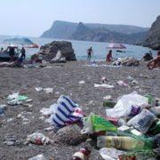 Курортний сезон в Криму: гори сміття, порожні пляжі та «віджим» землі