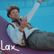 Відео дня: як гуцул запрошує іноземців відпочивати до Буковелю (ВІДЕО)
