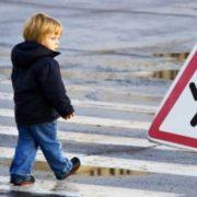 Під колесами автівки ледь не опинились мама з дитиною, які переходили дорогу у невстановленому місці. ВІДЕО