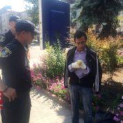 """Патрульні """"зцілили"""" псевдокаліку, який у центрі Франківська просив гроші. ФОТО, ВІДЕО"""