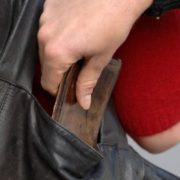 Впіймали «смугляву»: на Прикарпатті хуліганка потай вкрала гаманець із сумки та втекла