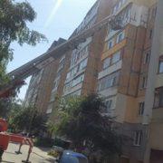Поки нічого не горить. У Франківську пожежники допомагають утеплювати фасад багатоповерхівки (ФОТО)