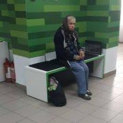 «Скільки в мене на картці? — 150 гривень.» Старенька тремтячими руками забрала свої останні гроші