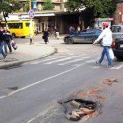 Перед перехрестям Чорновола і Січових Стрільців у Франківську провалився асфальт. ФОТОФАКТ