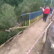 """З'явилися фото з місця смертельного падіння """"Пежо"""" з моста під Коломиєю. ФОТО"""