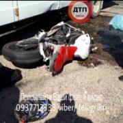 На Прикарпатті зіштовхнулись Yamaha R6 та Mercedes, водій мотоцикла не дожив до швидкої (ФОТО)