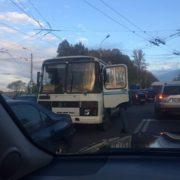 На Пасічній водій легковика підбіг до автобуса, відчинив двері і вдарив ногою у двері. ФОТО/ВІДЕО