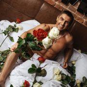 """""""Не для тебе мама квіточку ростила"""": Нові відверті фото депутата вразили мережу, добре хоч квітами прикрився"""