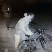 Бідні студенти: п'яні хлопці з-під магазину вкрали велосипед. ФОТО