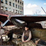 Серед поля в палатці, а харчуються зі сміттєвих баків: як живе мати з двома дітьми