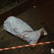 Біля залізничного вокзалу знайшли мертвого чоловіка. ФОТО