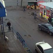 Заштовхали в автомобіль на очах у перехожих: з'явилося відео вuкрaдeння жінки в Києві