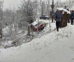 Наслідки снігопаду на Прикарпатті: Сім автомобілів з'їхали у кювет