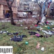 На одній з вулиць міста неадекватний чоловік розкидав речі і мусор з вінка (фото)