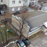 Мешканці: власниця приміщення по Сахарова, 23 забирає метри проїзду і дитмайданчика (фото)