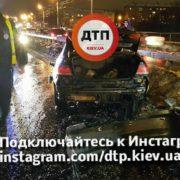 Подробиці смертельної трагедії: з автівки, яка на швидкості врізалась у відбійник і пролетіла декілька метрів, випав пасажир. ФОТО 18+