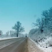 Обережно! Снігопади, ожеледь: дорожники закликають прикарпатських водіїв бути обережними на дорозі (фото)