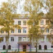 """""""У країні війна, чужих не пропускаємо"""": в одній з шкіл Франківська батькам заборонено заходити у школу. ВІДЕО"""