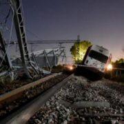 Український поїзд на повному ходу злетів з рейок: шокуючі кадри