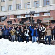 Франківські чиновники з лопатами прибирали місто від снігу